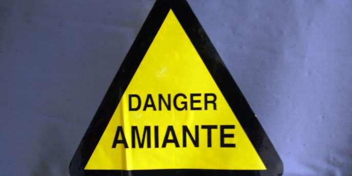 Le caractère cancérigène de l'amiante est connu depuis les années 1950, mais le premier décret réglementant son usage en France ne date que de 1977. L'amiante a été interdit en 1997.