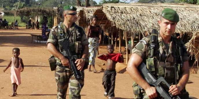 Des soldats français patrouillent dans un village, au nord-ouest d'Abidjan, dans le cadre de l'opération