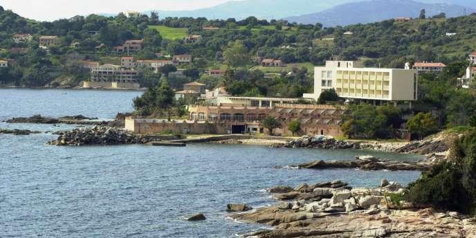 Résidences secondaires, hôtels et restaurants construits sur la frange côtière du golfe de Sagone, au nord d'Ajaccio.