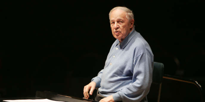 Le compositeur et chef d'orchestre Pierre Boulez dirige l'Ensemble intercontemporain à la Cité de la musique à Paris, le 11 février 2005.