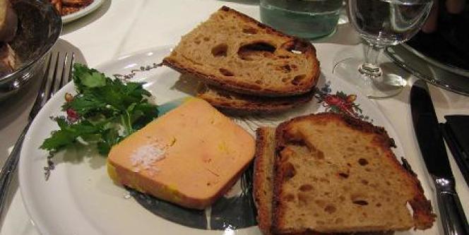 Le foie gras, mets traditionnel des tables du réveillon, résiste à la crise, notamment grâce à l'engouement des Français pour la cuisine.