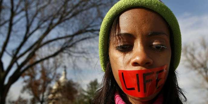 Une militante anti-avortement devant la Cour suprême des Etats-Unis, mercredi 30 novembre 2005.