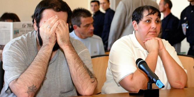 Myriam Delay-Badaoui (à droite), principale accusée dans l'affaire de pédophilie d'Outreau, et son mari, Thierry Delay, au palais de justice de Saint-Omer, le 8 juin 2004.