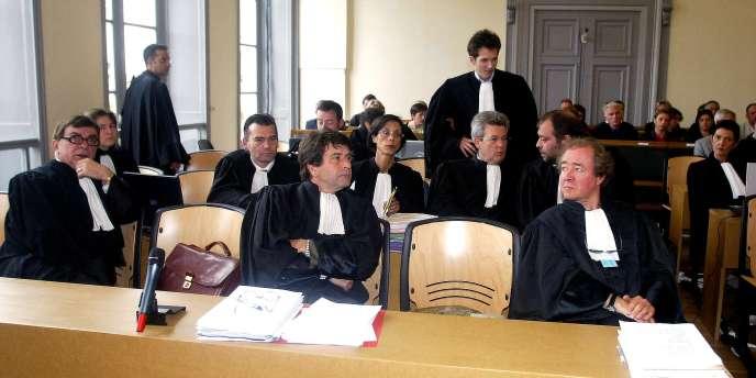 Une partie des avocats de la défense, en mai 2004, dans la cour d'assises du Pas-de-Calais, à Saint-Omer, au début du procès d'Outreau.