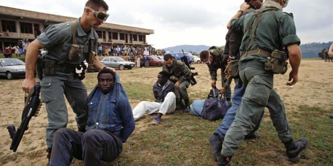 Des soldats français arrêtent trois Hutus rwandais lors de l'opération