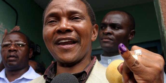 Jakaya Kikwete, candidat du CCM au pouvoir, à la sortie du bureau de vote, lors de l'élection présidentielle en Tanzanie, le 14 décembre 2005.