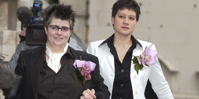 Shannon Sickles et Grainne Close, lors de la première union civile du Royaume-Uni, lundi 19 décembre, à Belfast.
