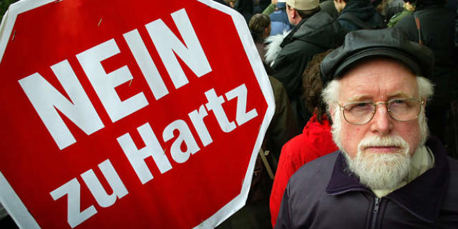 Manifestation du 3 janvier 2005 contre les propositions d'ajustements économiques proposées par une commission présidée par l'ancien responsable des ressources humaines de Volswagen, Peter Hartz, à Hambourg.