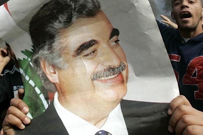 Des Libanais, dans la ville de Naameh, manifestent le 9 janvier 2006 en hommage à Rafic Hariri.