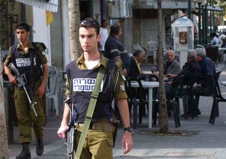 Patrouille dans Tel-Aviv (23 mars 2004).
