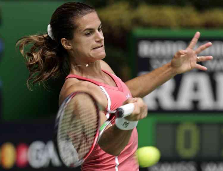 Amélie Mauresmo, tête de série numéro 3, a balayé, lundi, la Tchèque de 16 ans Nicole Vaidisova, s'offrant une place en quarts de finale de l'Open de tennis d'Australie pour la troisième année consécutive.