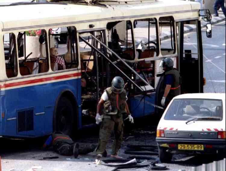 En 1994, le premier attentat-suicide dans un bus israélien est revendiqué par le Hamas en réaction à l'assassinat de fidèles musulmans par un extrémiste juif, à Hébron.