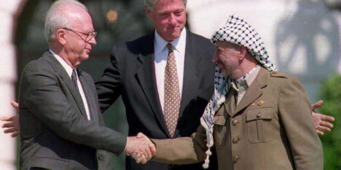 Itzahk Rabin, Bill Clinton et Yasser Arafat à Washington juste après les accords d'Oslo, en septembre 1993.