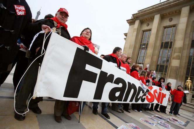 Manifestation des salariés de «France-Soir», le 12janvier2006 à Paris, pour «le pluralisme et la liberté d'informer».