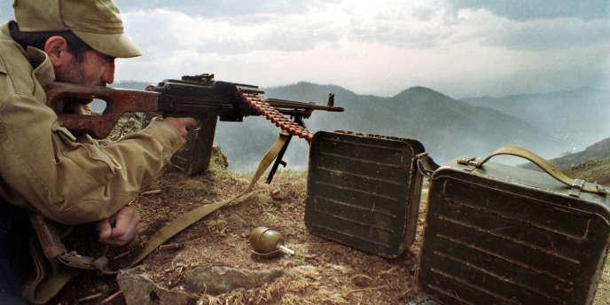 Cette image, datée d'avril 1993, montre un soldat arménien en position, sur la ligne de démarcation avec l'armée d'Azerbaïdjan, dans le Haut-Karabakh.