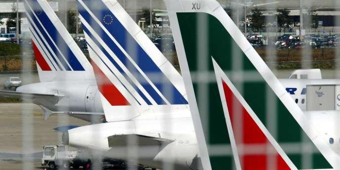 Avions des compagnies aériennes française, Air France et italienne, Alitalia, en septembre 2003 à Roissy.