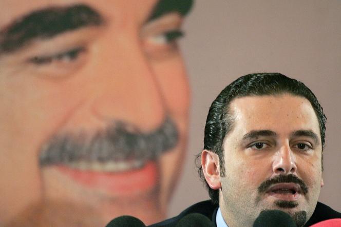 Le chef du groupe majoritaire au Parlement libanais, Saad Hariri, devant un poster de son père assassiné, en février 2006.