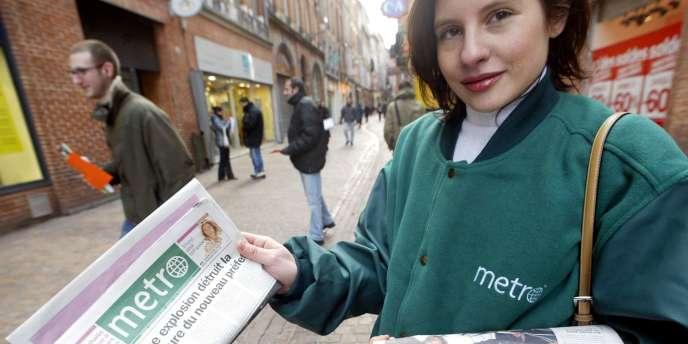 Distribution du quotidien gratuit Metro, le 19 janvier 2004, dans une rue du centre ville de Toulouse.