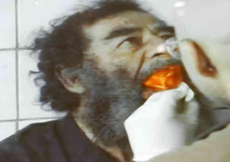 Le 14 décembre 2003, les services médicaux de l'armée américaine examinent l'intérieur de la bouche du président pour vérifier s'il n'a pas dissimulé de capsule de cyanure. Ces images ont été diffusées par l'armée américaine lors d'une conférence de presse organisée le lendemain de l'arrestation. La volonté d'humilier l'ancien président est manifeste.