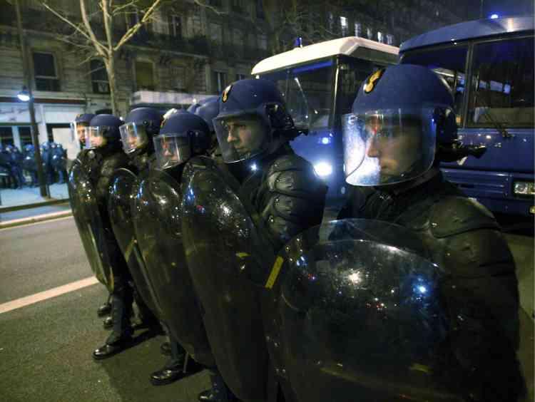 Présents par centaines, les gendarmes mobiles bouclent toutes les issues et resserrent peu à peu les mailles du filet.