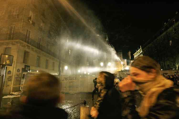 Canons à eau, sprays et grenades lacrymogènes sont déclenchés.