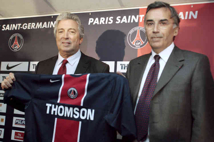 L'ancien président du Paris Saint-Germain, Pierre Blayau passe le flambeau à Alain Cayzac.