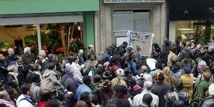 Quelques centaines de personnes participent à une marche silencieuse, le 15 avril 2005 à Paris, en hommage aux 25 personnes tuées il y a un an dans l'incendie de l'hôtel Paris-Opéra.