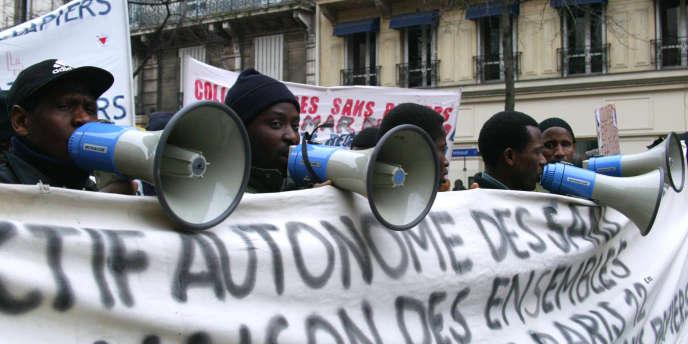 Quelque 1800 sans-papiers manifestent le 8 février 2003 à Paris pour dénoncer