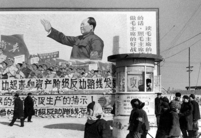 Grand panneau daté de février 1967 avec Mao Zedong montrant la voie au peuple chinois pendant la révolution culturelle.
