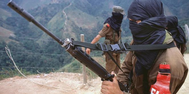 Des membres de l'ELN dans le nord de la Colombie, près de la frontière avec le Venezuela, le 2 février 2000.