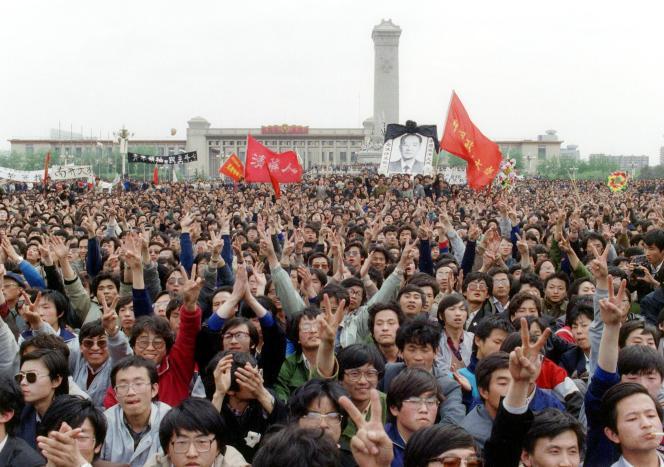 En hommage à l'ancien membre du Parti communiste chinois (PCC), Hu Yaobang, connu pour ses options libérales, des centaines de milliers d'étudiants se mobilisent et font irruption sur la place Tiananmen, le 22 avril 1989. Hu Yaobang a été limogé en avril, provoquant une formidable vague de protestation en faveur de la démocratie. La manifestation n'est pas autorisée, le pouvoir est pris au dépourvu, les manifestants campent devant le monument de la place des héros du peuple.