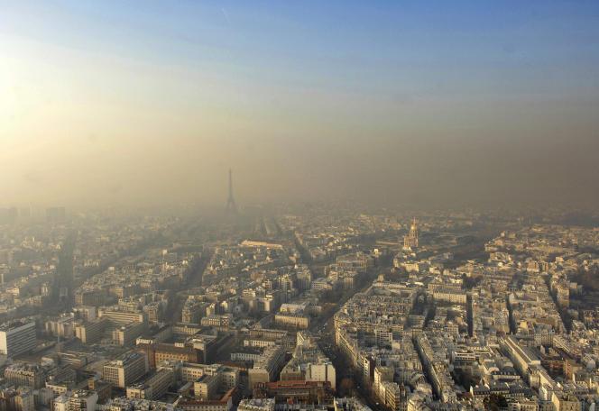 Vue de Paris un jour d'alerte à la pollution.