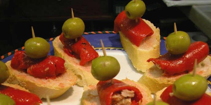 Les tapas sont des miniatures de la cuisine espagnole.  Pas de cuisine, ni de personnel spécialisé, ni même de service en salle : les tapas arrivent déjà élaborées, il ne reste qu'à finir l'assemblage, et la commande se fait au bar. Ce n'est pas de la gastronomie, mais ça marche.