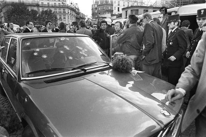 Le gangster Jacques Mesrine, surnommé l'ennemi public numéro un, est abattu le 2 novembre 1979, au volant de sa BMW, par les hommes du commissaire Robert Broussard, porte de Clignancourt à Paris.