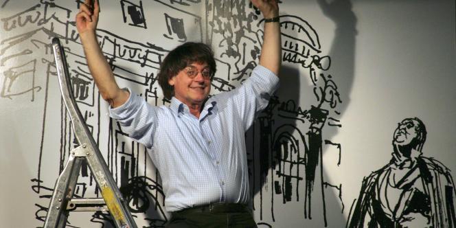 Le dessinateur Cabu lors de l'installation de l'exposition