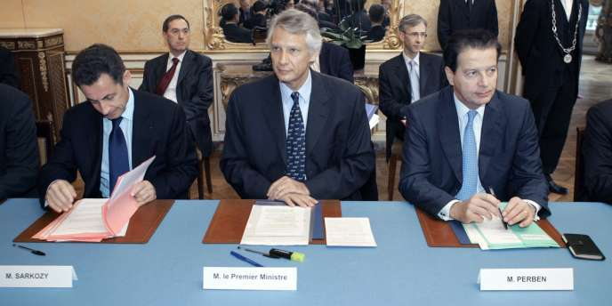 Nicolas Sarkozy ministre de l'intérieur, et Dominique Perben, ministre de la justice, entourent le chef du gouvernement Dominique de Villepin lors d'une réunion à Matignon, le 30 octobre 2006.