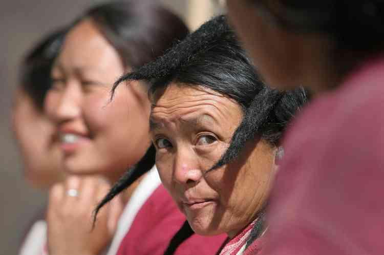 Une femme porte une coiffure traditionnelle en poil de yak, dans la ville de Tawang, au nord-est de Gauhati.