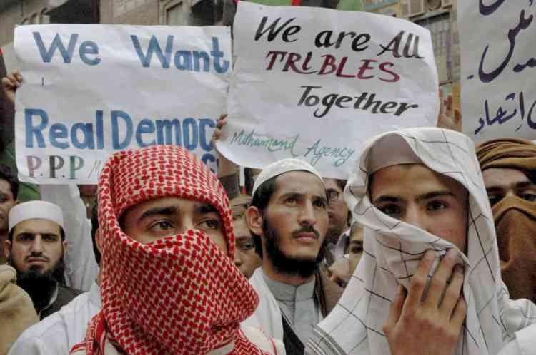 Des manifestants se sont rassemblés dans les rues de Peshawar, pour protester après une attaque aérienne contre une école dirigée par un militant protaliban - suspecté d'héberger des combattants d'Al-Qaida -, qui a tué environ 80 personnes, le 30 octobre, à Bajaur.