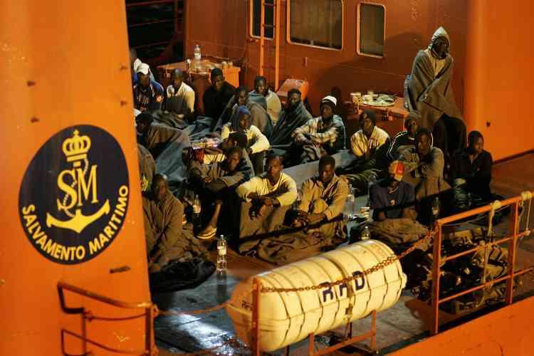 Quarante et un immigrants clandestins, découverts quelques jours auparavant sur une embarcation au large de Ténérife, attendent de débarquer au port de Los Cristianos.