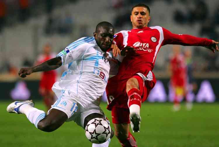 Marseille a renoué avec la victoire en s'imposant difficilement 1-0 devant Valenciennes, dans le dernier match de la 14e journée du championnat de France de L1. Ce succès permet au club marseillais de remonter à la sixième place du classement, à 14 points du leader lyonnais, mais à seulement deux longueurs de son dauphin lillois. Paradoxe de l'Histoire, Marseille s'est remis en selle face au club qui l'a précipité en enfer il y a un peu plus de treize ans avec le scandale VA-OM.