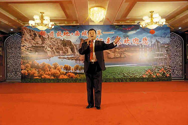 """Paroles. Un officiel de la délégation chinoise prend la parole devant les photographes invités. Il rappelle le cadre strict de ce voyage avant de conclure sans rire : """"Le président chinois Hu Jintao a dit : L'officier chinois doit servir le peuple avec son coeur ou démissionner.Je vous sers avec mon coeur""""."""