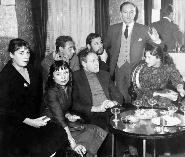 Il débute au Théâtre national populaire en 1953, avec Jean Vilar..