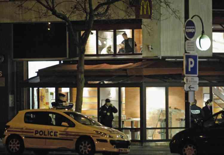 """Alliance, deuxième syndicat de gardiens de la paix, a estimé que le policier qui a tué par balle un supporteur du PSG et en a blessé un autre jeudi soir en marge du match PSG-Hapoël Tel-Aviv, a tiré """"par désespoir"""". """"Il a été pris à partie par 150 mecs surexcités. S'il n'avait pas tiré, il y passait."""""""