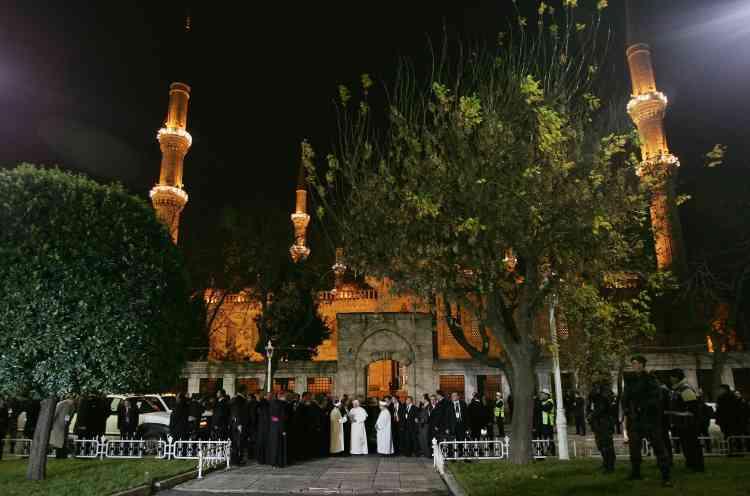 Le pape Benoît XVI à son arrivée dans la mosquée Bleue, à Istambul en Turquie, le 30 novembre.