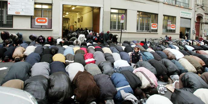 Prière devant une mosquée.