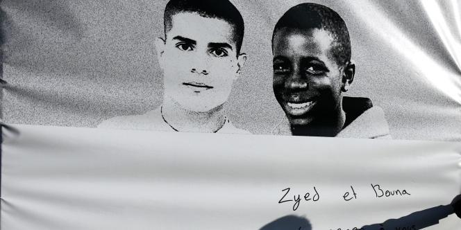 Photo géante de Zyed et Bouna, les deux adolescents morts électrocutés dans un transformateur le 27 octobre 2005, exposée à Clichy-sous-Bois, le 4 novembre 2006.