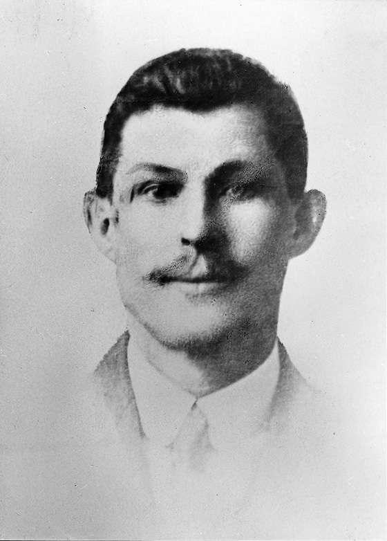 Guillaume Seznec, ici en1919, est néle 1er mai 1878, à Plomodiern, dans le Finistère. Après avoir tenu une blanchisserie quelques années, il reprend une scierie en1923 et fait peu après la connaissance de PierreQuéméneur, conseiller général du Finistère.