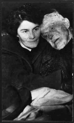 En décembre1953,Guillaume Seznec est renversé par une camionnette, qui prend la fuite (ici après l'accident, avec sa fille Jeanne). Il meurt trois mois plus tard des suites de ses blessures, le 13février 1954.