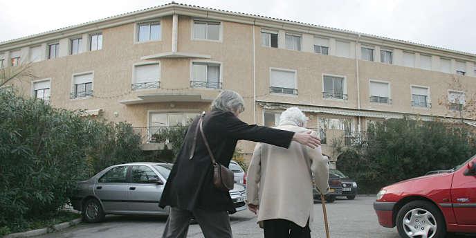 Devant une maison de retraite à Marseille.