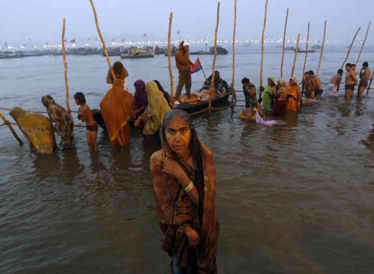 """Près d'un demi-million d'hindous ont bravé les rigueurs de l'hiver pour laver leurs péchés dans l'eau glacée du Gange, à Allahabad, dans  le nord de l'Inde, au premier jour d'une fête religieuse qui durera six semaines. Quelque 70 millions de personnes venues de toute l'Inde et d'ailleurs sont attendues pour la fête de l'""""Ardh Kumbh Mela"""", l'un des plus grands rassemblements au monde."""
